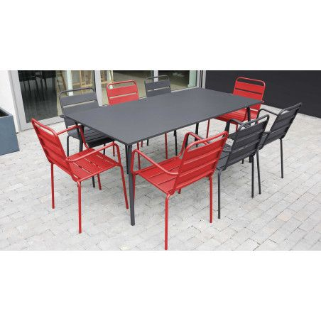 Table de jardin métal chaise grise chaise rouge