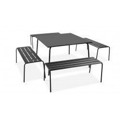 Table carrée intérieure et 4 bancs