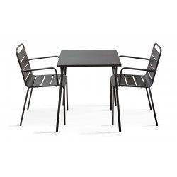 Table carrée intérieure grise et 2 fauteuils