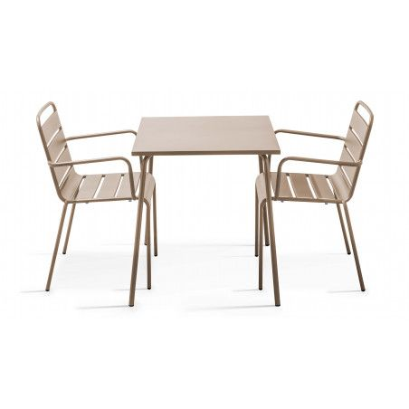 Table carrée intérieure beige et 2 fauteuils